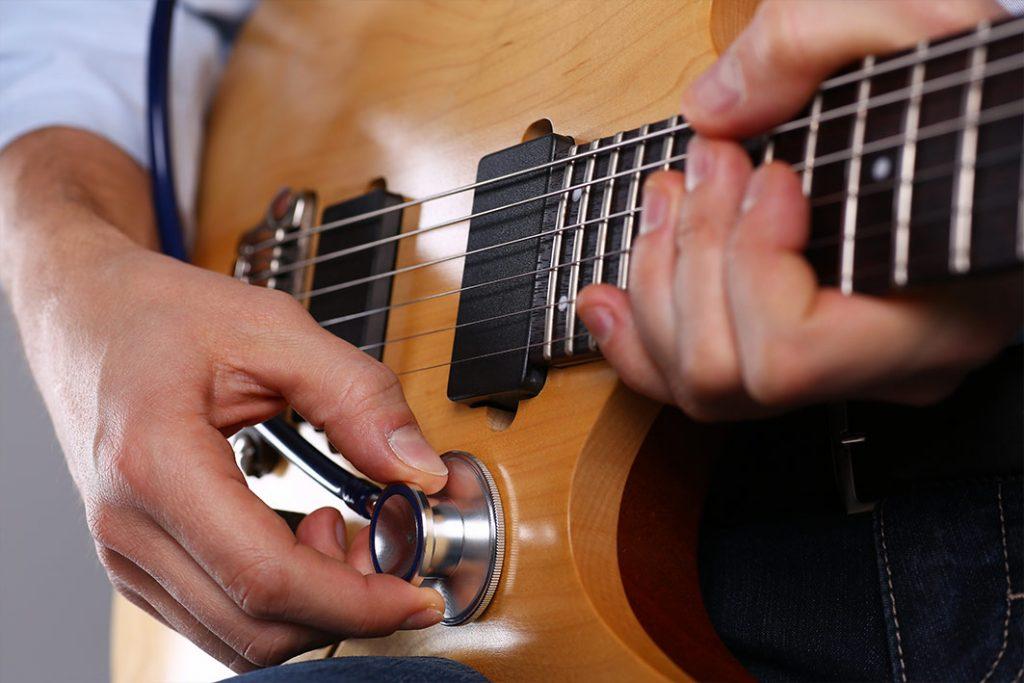 El enfermero que cura con la guitarra