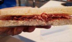 sándwiches de jamón crudo, manteca y pan casero