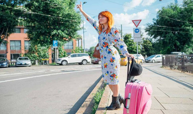 turista aguardando taxi