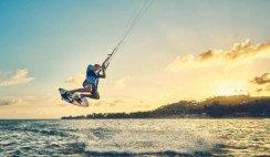 hombre haciendo kitesurf