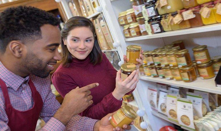 vendedora ofreciendo mermelada