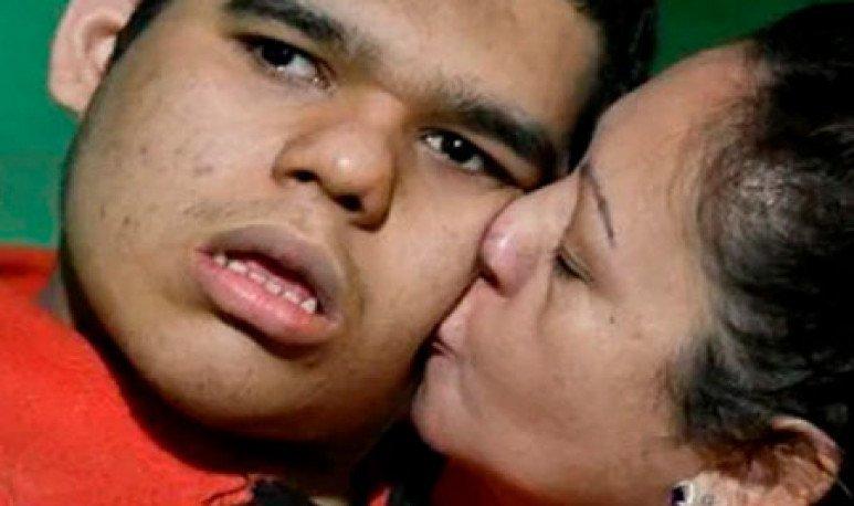 La lucha de dos padres para que su hijo deje de sufrir