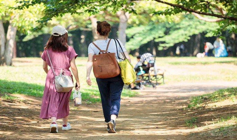 Mujeres caminando por el Parque Federal del Bicentenario