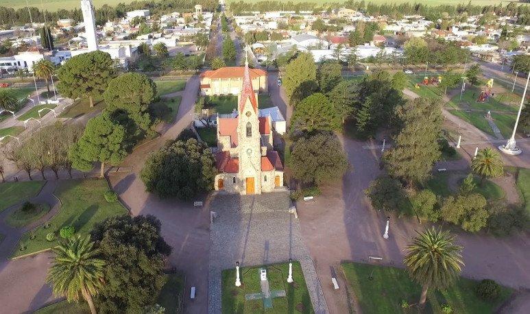 en el medio de la plaza la iglesia