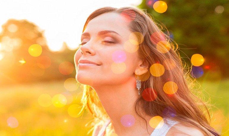 mujer disfrutando el sol