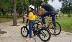 padre e hija en bici