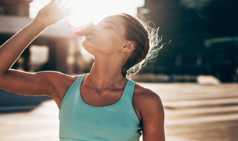 deportista toma agua